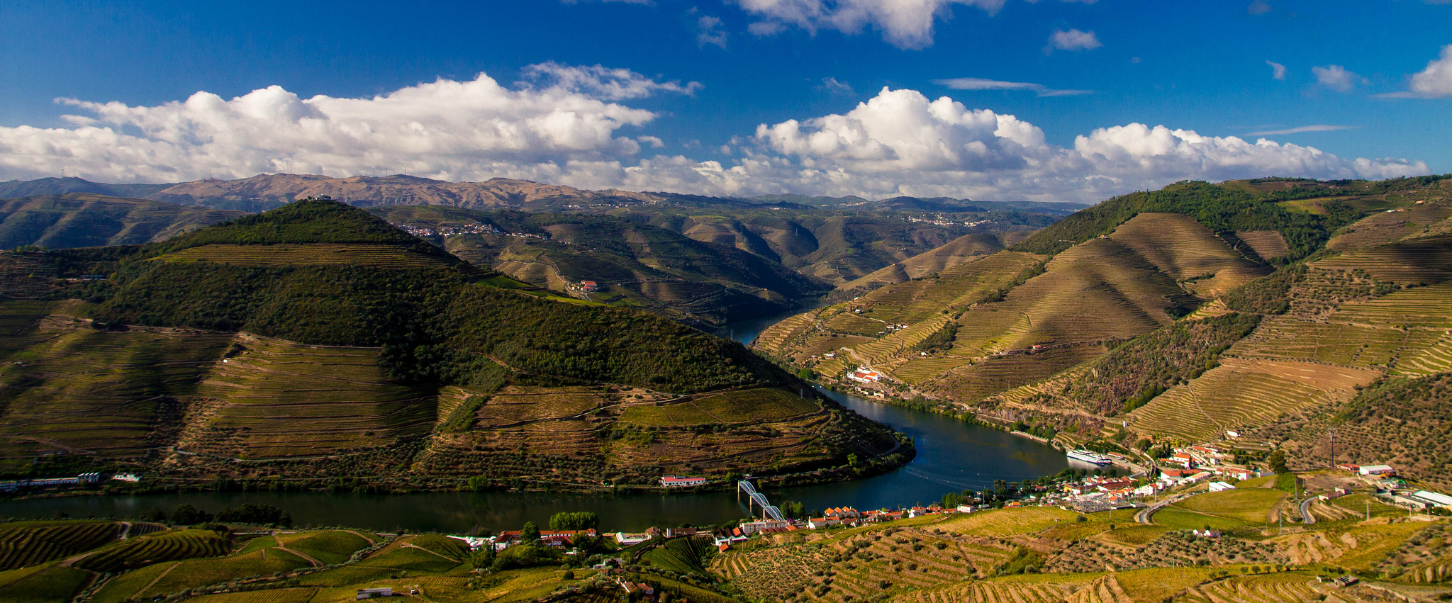 Douro River at Pinhão, / ©Ryan Opaz, Flickr user
